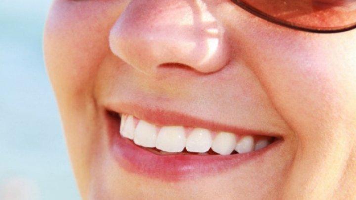 Trucuri surprinzatoare pentru dinti mai albi si un zambet de milioane