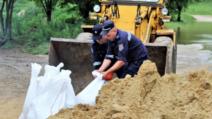 Peste 450 de case au fost salvate de riscul inundaţiilor