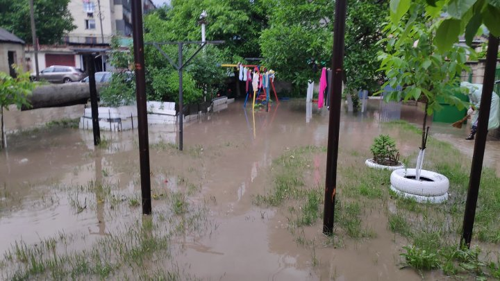 Ploaia a făcut ravagii și la Durlești. Zeci de case și grădini au fost inundate (FOTO)