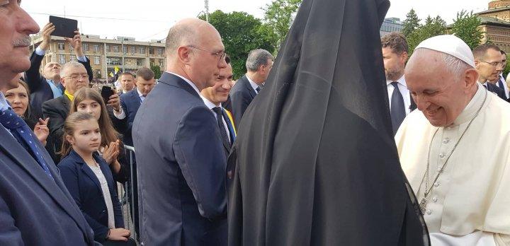 Premierul Pavel Filip a dat mâna cu Papa Francisc, la Iaşi