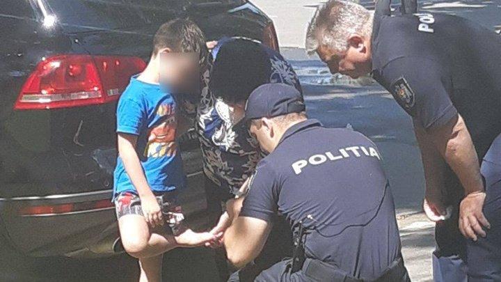 MOMENT EMOȚIONANT! Polițiștii au acordat primul ajutor unui copil rănit găsit în stradă (FOTO)