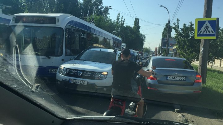 ACCIDENT în Capitală: Două maşini s-au ciocnit din cauza unei manevre greşite. Poliţia, la faţa locului (FOTO)