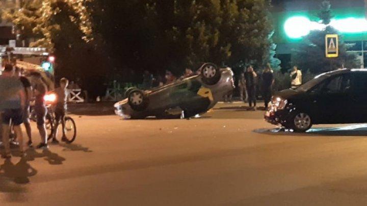 ACCIDENT GRAV în Capitală. Trei mașini s-au lovit violent. Un taxi, RĂSTURNAT. Taximetristul şi o pasageră, răniţi
