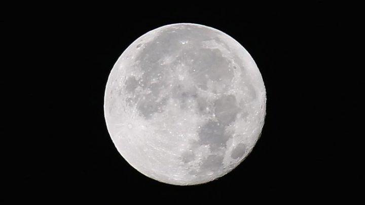 Astronomii au descoperit un obiect imens ascuns sub scoarța Lunii