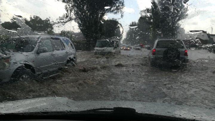 """RUPERE DE NORI în Capitală. Mai multe străzi au fost inundate, iar maşinile """"plutesc"""" prin şuvoaie de apă (VIDEO)"""