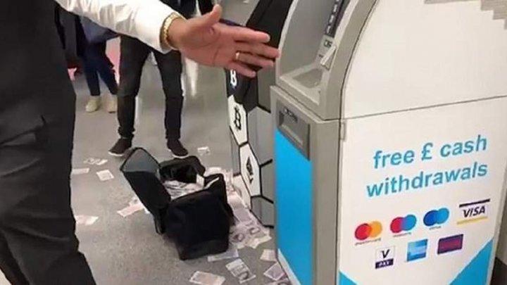 Mii de lire sterline au zburat dintr-un bancomat, la Londra. Un bărbat a umplut o geantă cu bani (VIDEO)
