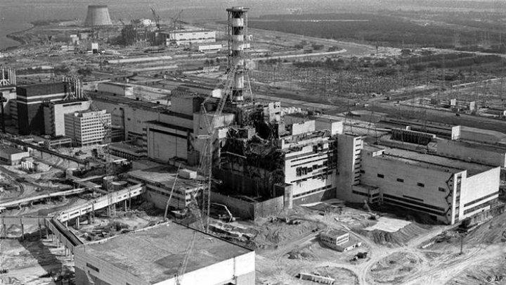 """""""Şocant și remarcabil"""". Cum a reușit Craig Mazin, creatorul serialului Cernobîl, să spună lumii povestea dezastrului nuclear"""