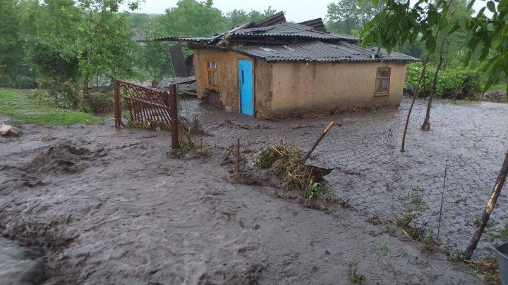 PLOILE continuă să facă DEZASTRU. Mai multe gospodării din nordul ţării, înecate în ape (VIDEO)