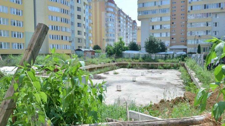 VESTE BUNĂ! Au început lucrările de acoperire a gropii de fundație pe șantierul de pe strada Alba-Iulia din Capitală