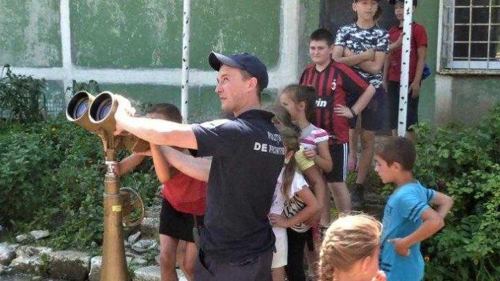Suprize pentru copiii de la tabăra VOINICEL din Hînceşti: Poliţiştii de frontieră le-au făcut o vizită