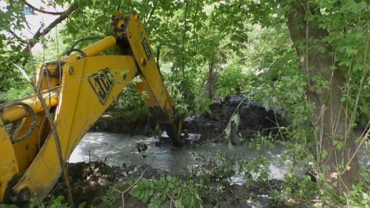 Au început lucrările de curăţare a colectoarelor de evacuare a apei de ploaie