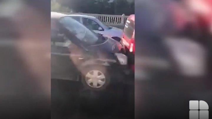 ACCIDENT ÎN LANȚ pe strada Ismail din Capitală. Patru mașini, grav avariate (VIDEO)