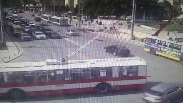 Atenție! Circulația troleibuzelor, sistată la intersecția bulevardului Ștefan cel Mare - strada Tighina. În zonă s-au format ambuteiaje