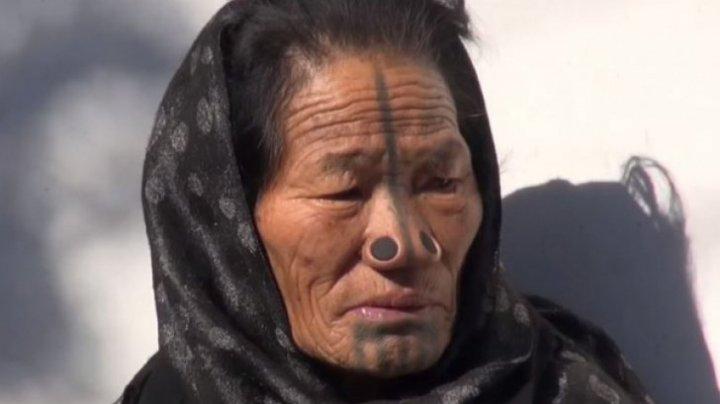 Tribul în care femeilor li se pun dopuri în nas. Care este motivul