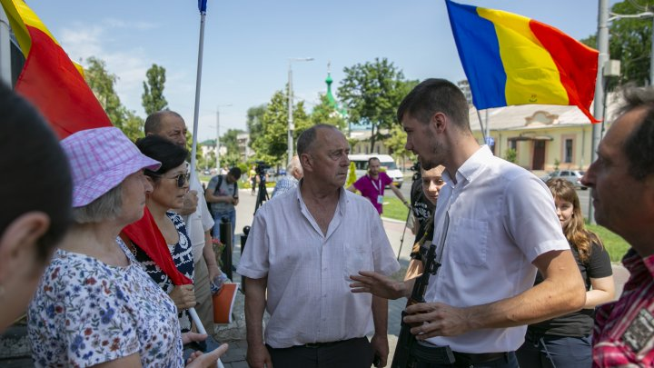 Unioniştii au manifestat la Ambasada Rusiei de la Chişinău: Armata rusă, afară! (FOTOREPORT)
