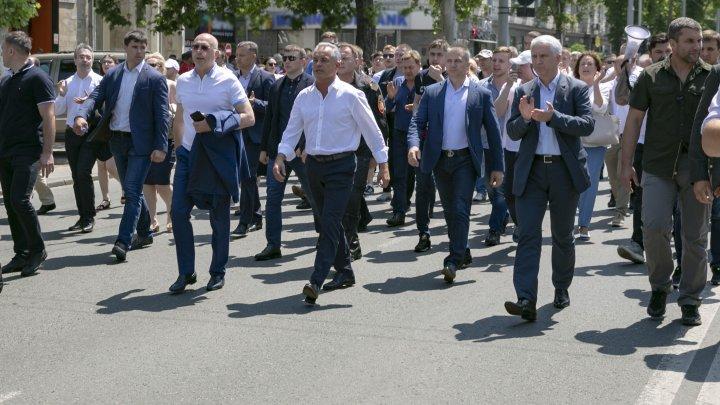 Miting în PMAN. Vlad Plahotniuc împreună cu susținătorii PDM AU IEȘIT SĂ APERE ordinea constituțională a țării (FOTO / LIVETEXT)