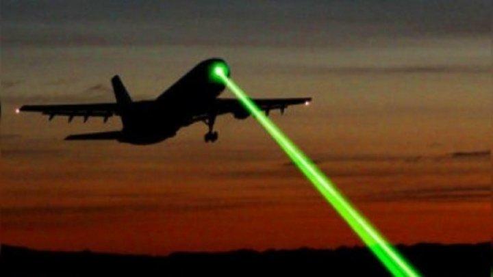 Cât de periculos e să îndrepți un laser către un avion. Dacă vei afla, la sigur niciodată nu o să faci asta