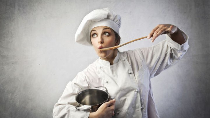 De ce ar trebui să folosești o lingură de lemn când guști mâncarea