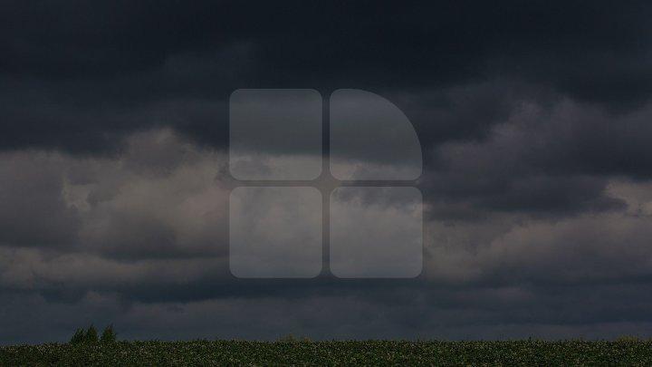Meteorologii au emis COD GALBEN de ploi cu descărcări electrice și vijelii
