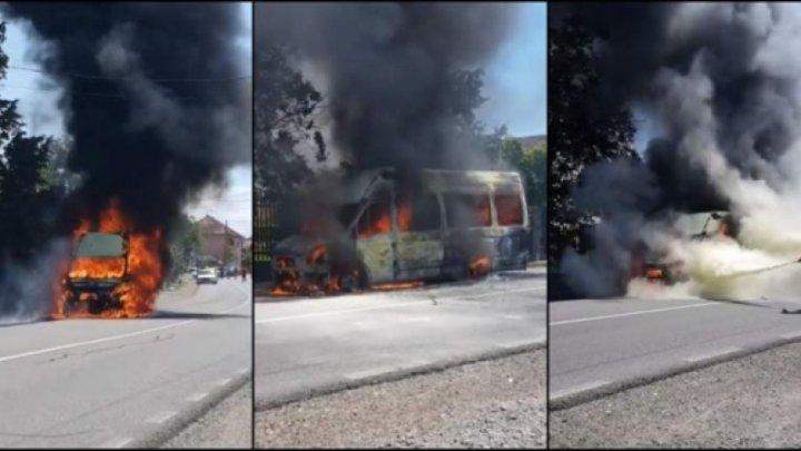 Un microbuz a luat foc: Șoferul şi pasagerii s-au salvat în ultimul moment (VIDEO)