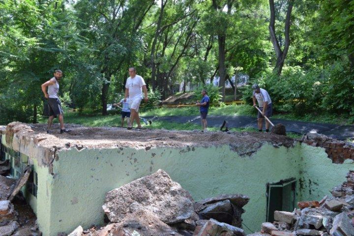 Se vor instala felinare, va fi construit un teren de fotbal şi unul de fitness. Lucrările de renovare a Parcului Alunelu, în toi (FOTO)