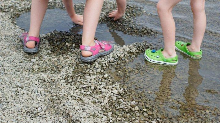 Mergi la mare? Află de ce papucii de plajă pot fi extrem de periculoşi