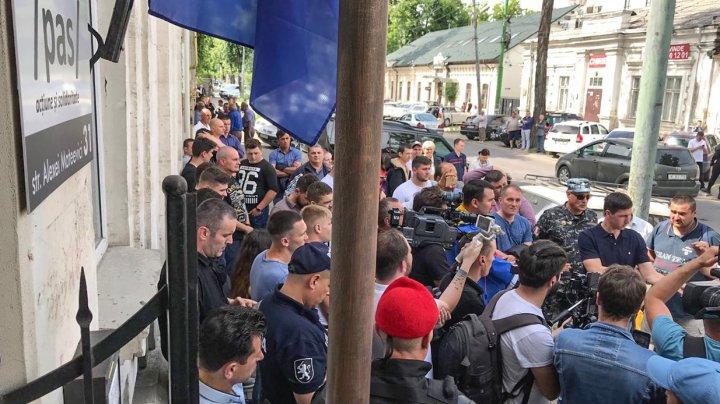 """""""Jos trădătorii"""". Unioniştii şi combatanţii veniţi să protesteze la sediul PAS, DEZAMĂGIŢI că Maia Sandu i-a ignorat"""