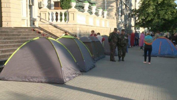 Oamenii au prostestat în fața înstituțiilor de Stat. Aceștia au instalat corturi și au rămas peste noapte