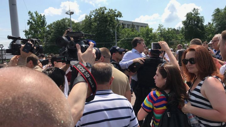 Chirtoacă l-a agresat pe Pavel Filip, iar cetăţenii au sărit în apărarea premierului şi l-au huiduit pe fostul primar al Capitalei (VIDEO)