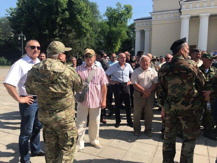 Sute de veterani au protestat în centrul Capitalei. Ei condamnă trădarea lui Igor Dodon (VIDEO/FOTO)