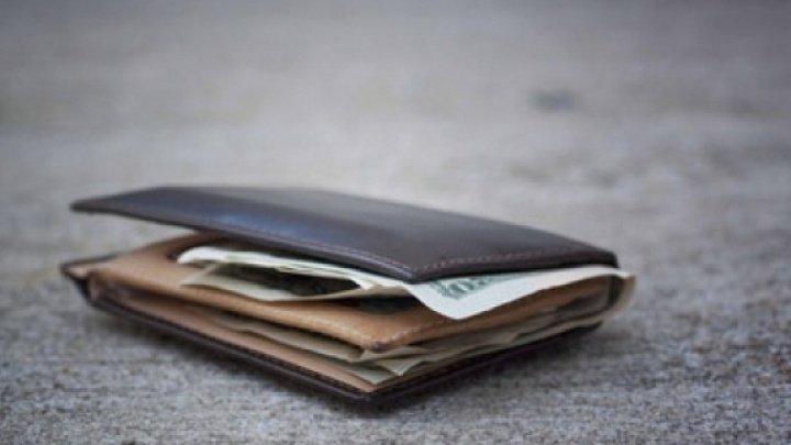 """STUDIU: Oamenii de ştiinţă au """"pierdut"""" 17.000 de portofele în 40 de ţări pentru a testa onestitatea oamenilor"""