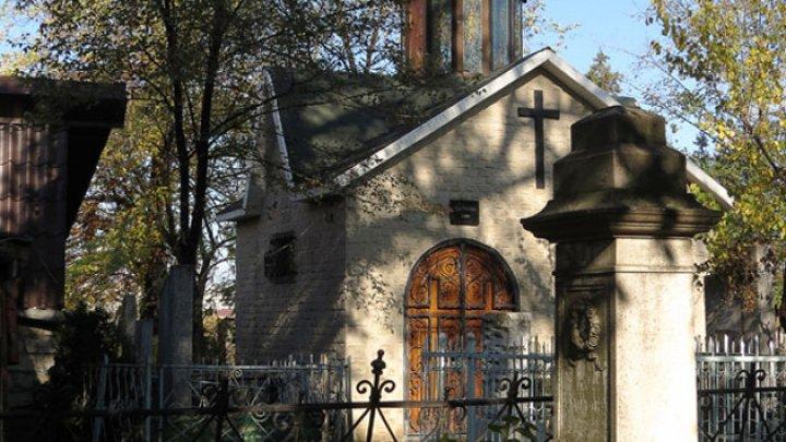 Două pietre funerare din Cimitirul Catolic vor fi renovate de arhitecţii din Polonia