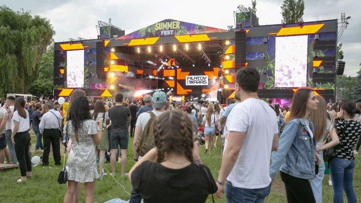 DISTRACŢIE şi RELAXARE la Summer Fest. Oamenii se delectează cu muzică bună, gustări, băuturi şi masaje gratis (FOTO)