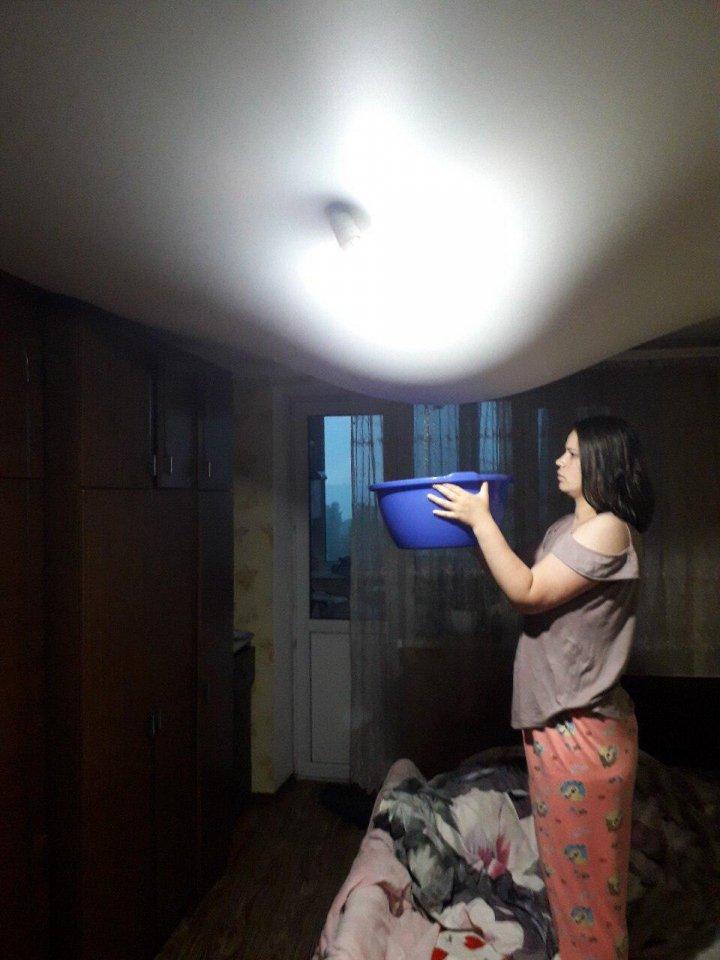 NO COMMENT! Cum arată tavanul unui apartament dintr-un bloc din sectorul Buiucani, dupa ploaie (VIDEO/FOTO)