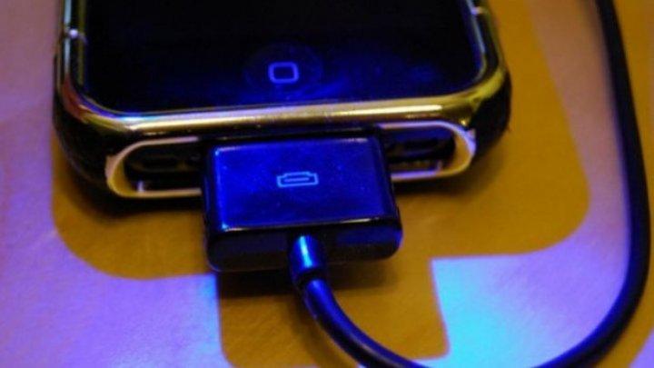 Un tânăr a murit electrocutat după ce și-a folosit telefonul celular lăsat la încărcat