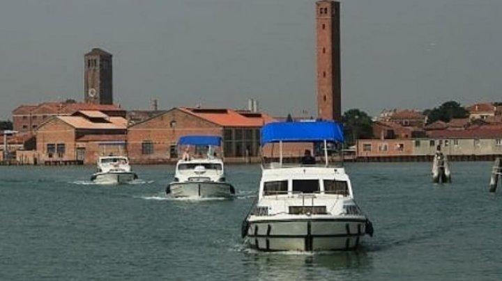 Cel puţin patru persoane au fost rănite după ce o ambarcaţiune s-a răsturnat în laguna Veneţia