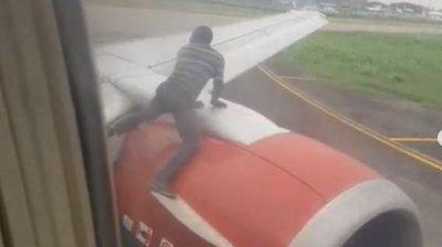 PANICĂ într-un avion. Un bărbat s-a urcat pe aripa aeronavei înainte de decolare şi a încercat să deschidă ușa (VIDEO)