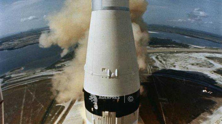 Imaginea rachetei Saturn V, proiectată pe un monument din Washington pentru a marca 50 de ani de la aselenizare