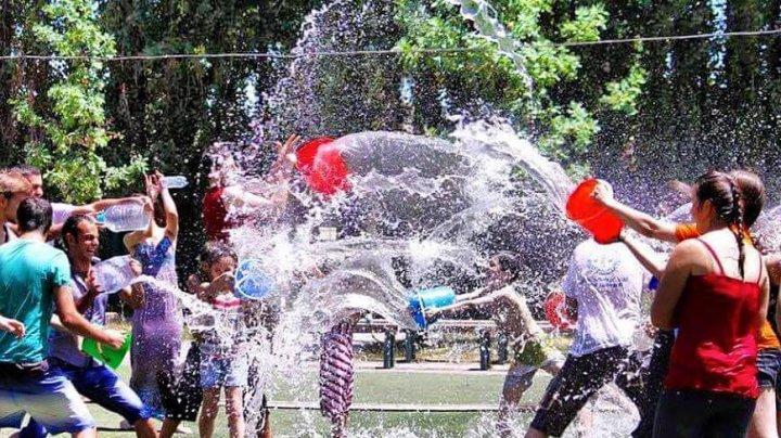 S-au stropit cu găleţi pline cu apă: Zeci de armeni au sărbătorit Festivalul Apei pe străzile din Erevan