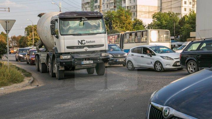 InfoTrafic: Străzile din Capitală pe care se circulă cu dificultate şi trebuie evitate