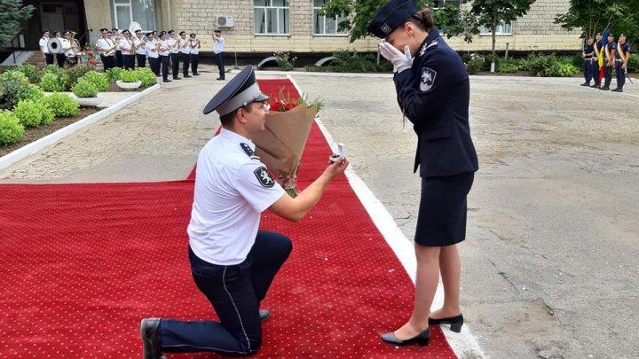 FIORI DE IUBIRE şi EMOŢII DE NEDESCRIS! O tânără cerută de soție în momentul în care devenea polițistă