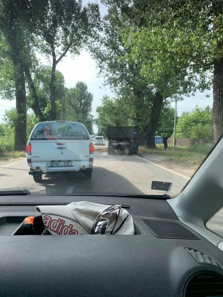 Accident pe strada Muncești din Capitală. Un camion încărcat cu nisip s-a ciocnit violent cu un autmobil (FOTO)