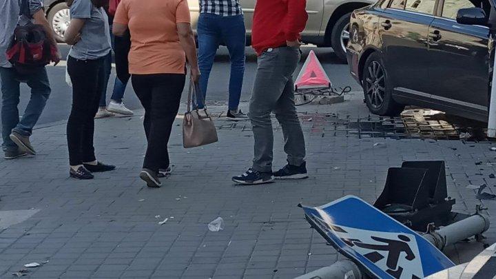 ACCIDENT în centrul Capitalei. O mașină a ajuns în perete, iar un semafor a fost rupt (FOTO)