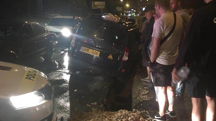 O maşină de taxi a ajuns într-un şanţ pe o stradă din sectorul Botanica. Poliţia, la faţa locului (FOTO)