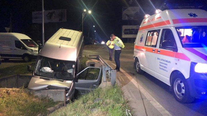 Un microbuz de pe ruta Chişinău-Italia, implicat într-un GRAV ACCIDENT în România (FOTO)