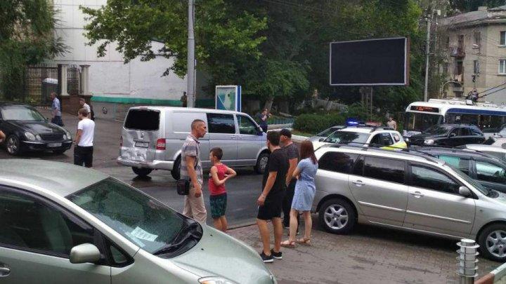 ACCIDENT în Capitală. Un microbuz s-a lovit violent cu o maşină. Ambulanţa, la faţa locului (FOTO)