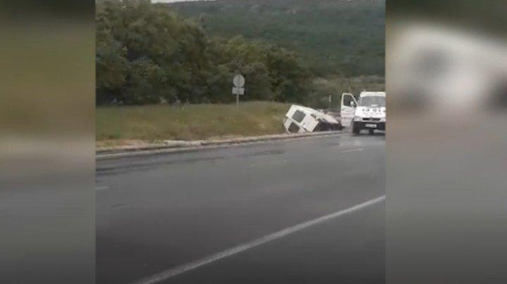 ACCIDENT în raionul Orhei. Un microbuz s-a răsturnat în șanț (VIDEO)