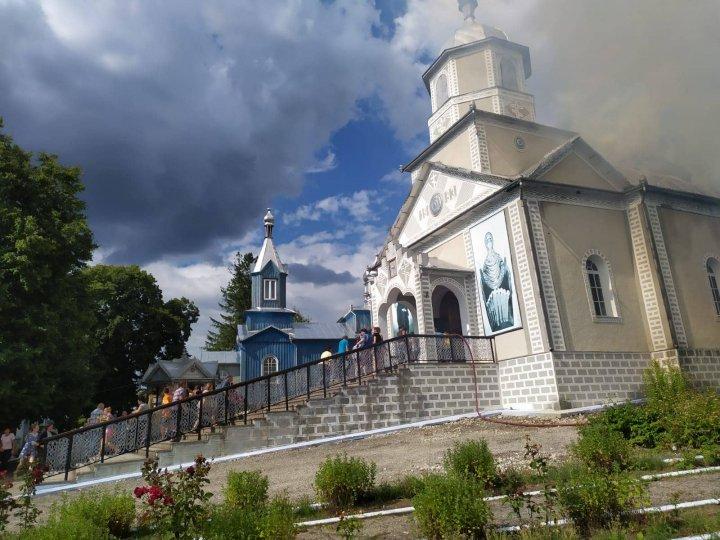 INCENDIU la biserica din Grinăuți-Moldova, raionul Ocniţa. La fața locului au intervenit cinci autospeciale ale pompierilor (FOTO/VIDEO)