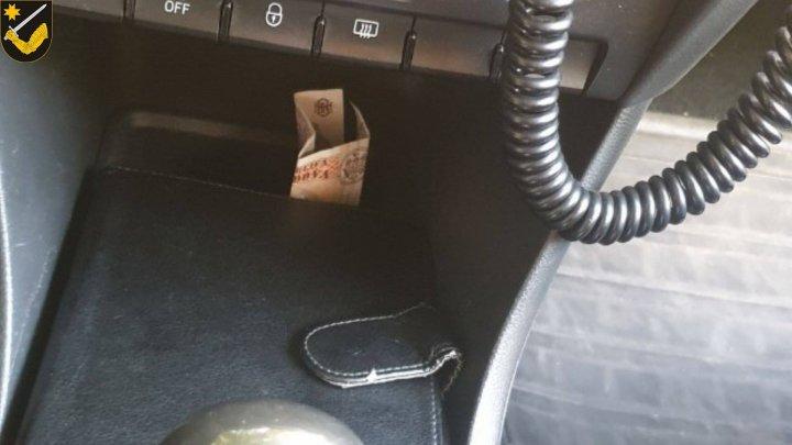 MITĂ pentru a nu fi SANCŢIONAŢI. Unde au aruncat bancnotele cinci şoferi care au propus bani polițiștilor