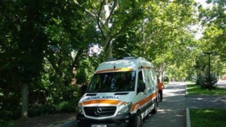 REVOLTĂTOR! Un bărbat a cerut ajutorul medicilor de pe ambulanță în parc, dar a fost refuzat